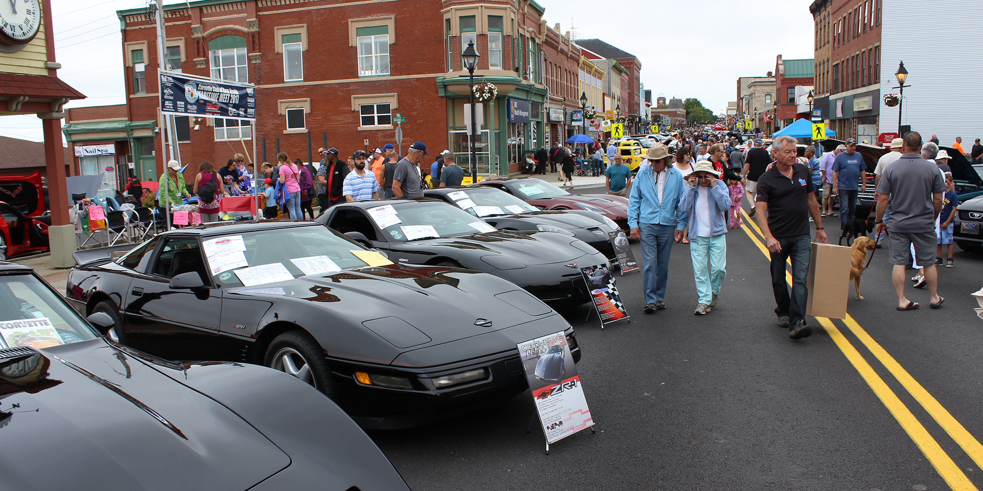 Corvettes and crowds